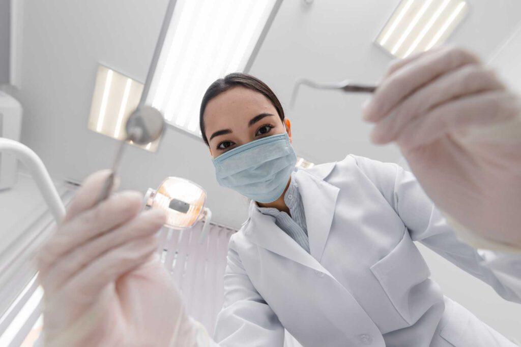 Zahnärzin schaut Patienten an